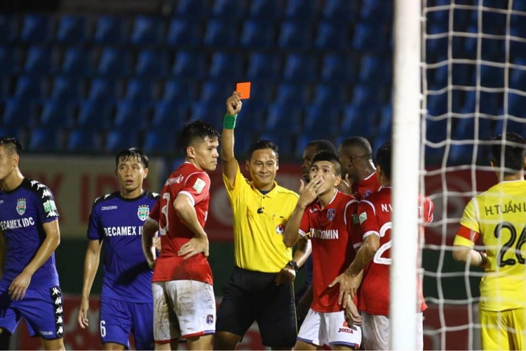 Trọng tài Trần Văn Lập gây sốc với những chiếc thẻ đỏ ở trận đấu Bình Dương - Quảng Ninh. Ảnh: Đ.V